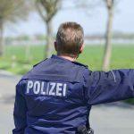 Polizist winkt einen Autofahrer an den Straßenrand