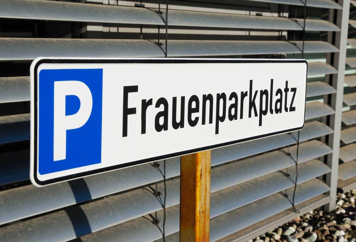 Verkehrsschild zum Parken mit der Aufschrift Frauenparkplatz